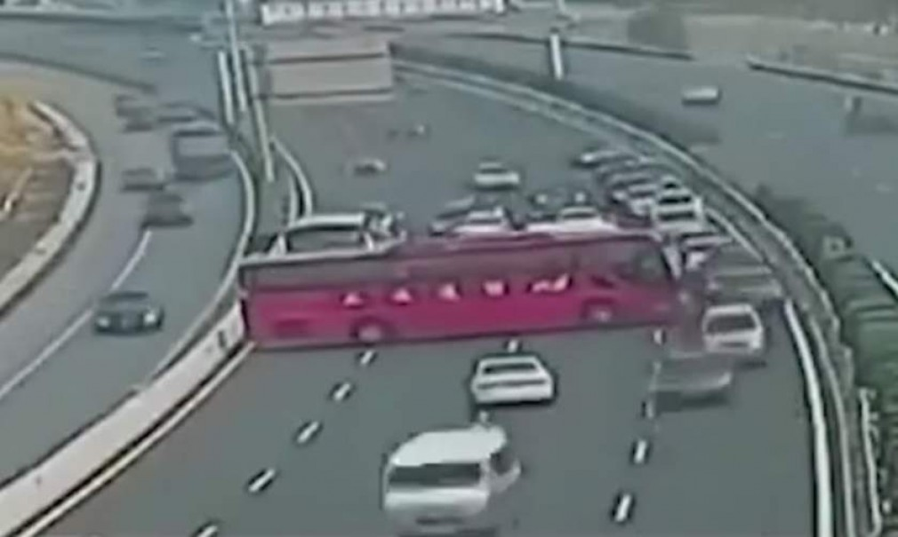 VIDEO: Un șofer profesionist chinez a întors autocarul pe autostradă